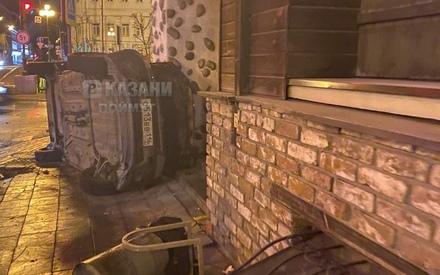 В центре Казани ночью легковушка перевернулась и впечаталась в стену