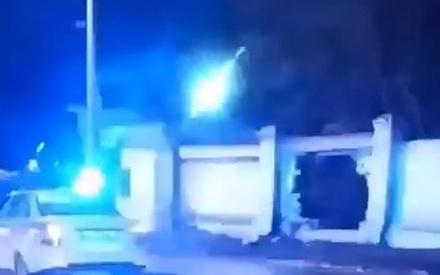В Казани машина пробила кирпичный забор. Есть пострадавшие