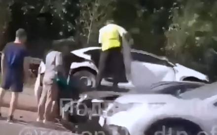 На Ершова в Казани в результате аварии легковушку перевернуло и впечатало в забор