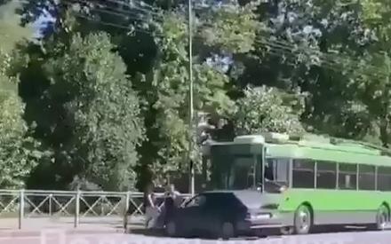 В Казани троллейбус протаранил легковушку