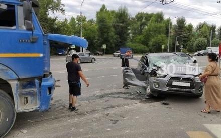 Чудом спаслась: в Казани бетономешалка впечаталась в легковушку