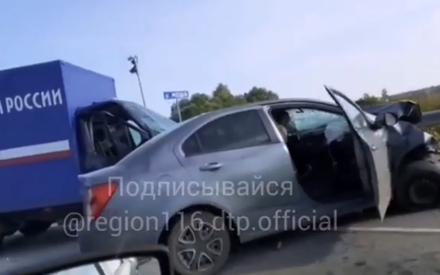 Под Казанью столкнулись легковушка и грузовик «Почты России». Есть пострадавшие