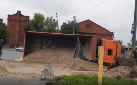 В центре Казани перевернулся грузовик с песком