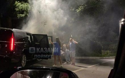 В Казани молодежь врезалась в столб на Cadillac Escalade
