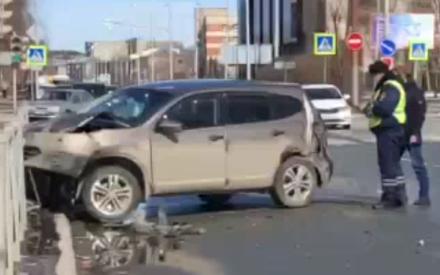 Еще бы чуть и попал в прохожих: внедорожник в Казани вылетел с дороги и чуть не обрушил столб