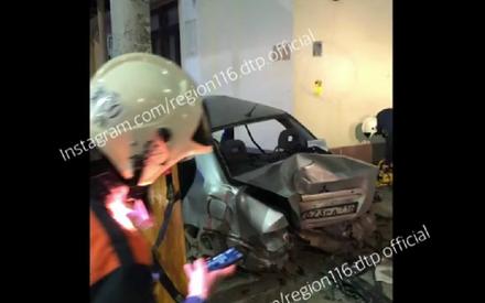 Спасатели с трудом достали пятерых пострадавших из искореженного в ДТП в Казани автомобиля