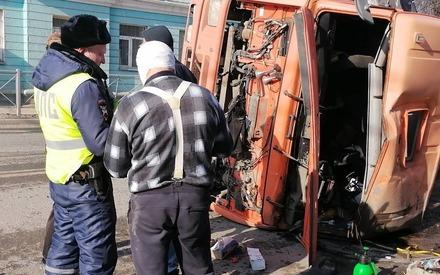 Уходил от столкновения: в Казани груженый «КамАЗ» опрокинулся, пострадал водитель