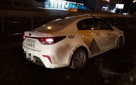 В Казани автомобиль такси вылетел с дороги, пробил ограждение и перевернулся на крышу