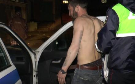 В Казани полуобнаженный мужчина заснул в машине сразу после совершенного им ДТП