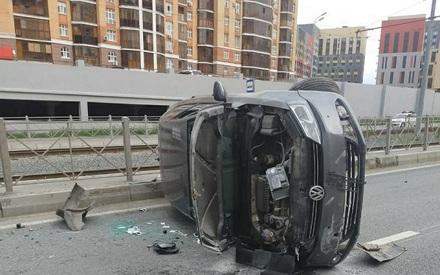 Девушка-водитель в Казани на иномарке врезалась в ограждение и перевернулась
