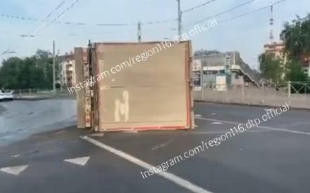 На Горьковском шоссе в Казани опрокинулась фура, спровоцировав пробку