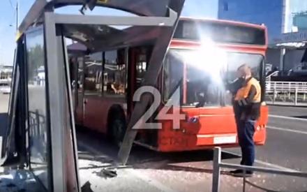 «Подрезал таксист»: в Казани у ЦУМа автобус с пассажирами влетел в остановочный павильон