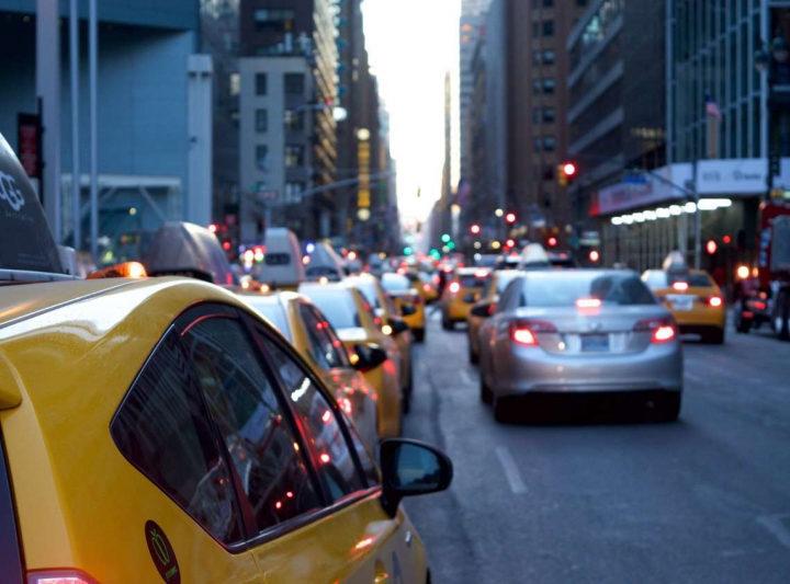 Пандемия заставила россиян чаще ездить на такси