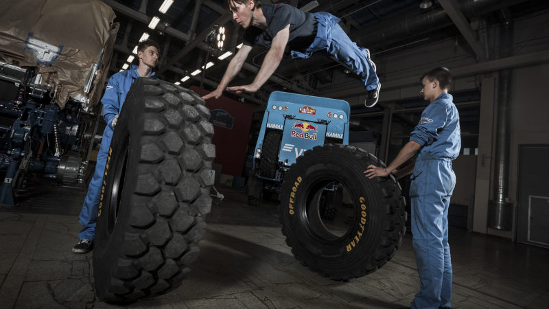 КАМАЗ-мастер: Известный российский трейсер устроил паркур на базе команды «КАМАЗ-мастер»