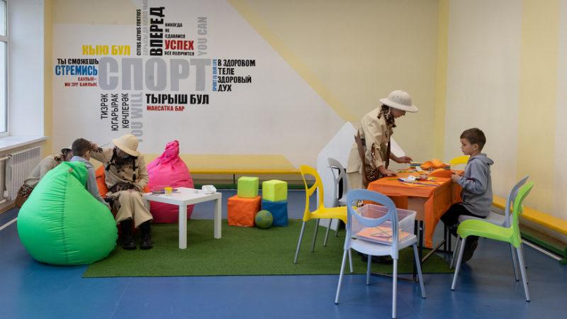 На избирательных участках Казани детей учат делать ветряные вертушки и воздушных змеев